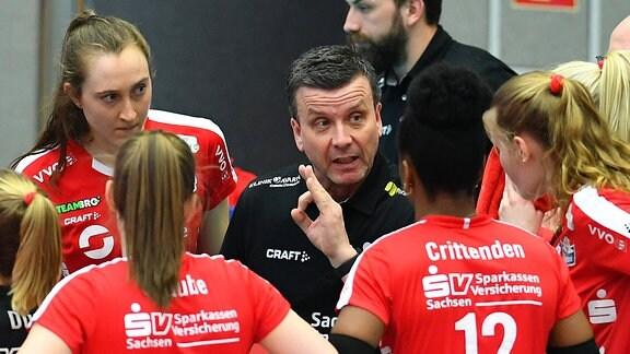 Trainer Alexander Waibl (Dresden) vor seiner Mannschaft