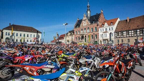 Hunderte Motorräder Typ Enduro auf dem Marktplatz in Dahlen.