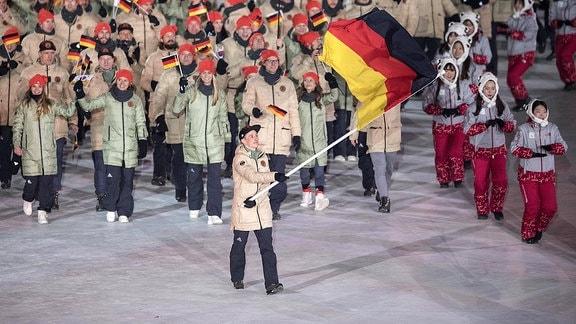 Einmarsch der deutschen Delegation mit Fahnenträger Eric Frenzel bei der Eröffnungsfeier in Pyeongchang