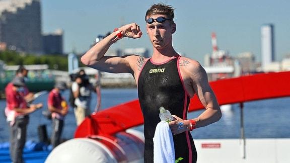 Florian Wellbrock jubelt im Ziel über seinen Sieg im 10 Km Freiwasserschwimmen