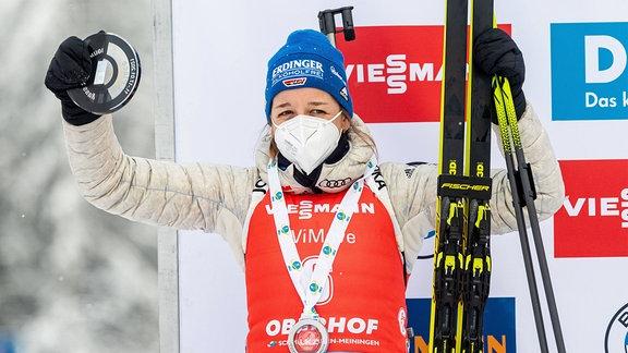 Franziska Preuß mit Medaille.