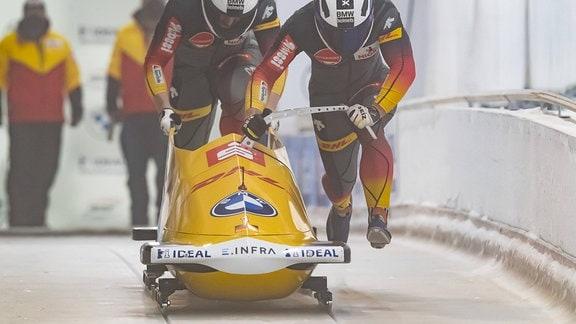 Francesco Friedrich und Alexander Schueller beim Start.