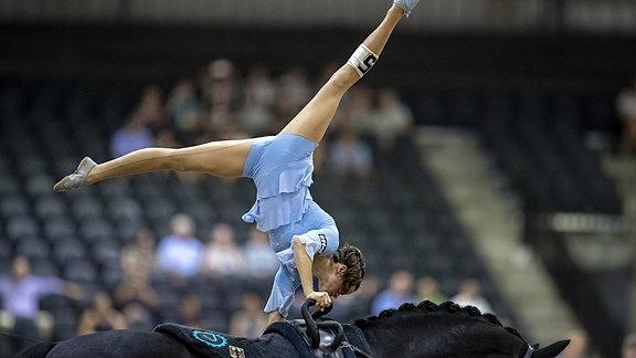 Janika Derks mit einem Handstand auf dem Pferd