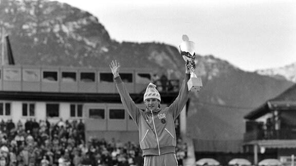Jens Weissflog (DDR) jubelt 1984 als Sieger in Garmisch Partenkirchen auf dem Treppchen.