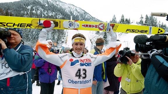Jens Weissflog (DDR) jubelt bei der Vierschanzentournee 1995/1996 in Oberstdorf.