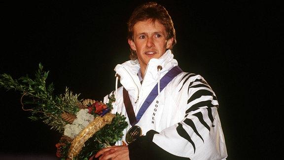 Olympiasieger 1994 Jens Weißflog (Deutschland) genießt die Siegerehrung.