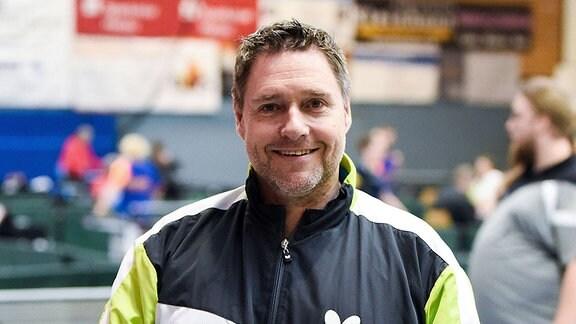 Jochen Wollmert, fünfmaliger Paralympicssieger im Tischtennis, schaut lächelnd in die Kamera.