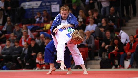 Judo - L. Malzahn vom SV Halle e.V. (weiss) gegen Marie Branser von den Leipziger Sportloewen (blau), 2018
