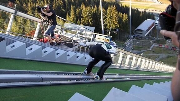 Kameraleute filmen Skispringer beim Sommerspringen