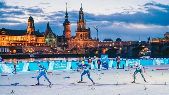 Ski Weltcup 2020 - Skiläufer während der Vorfinals zum 100 Meter Sprintrennen am Freitagabend in Dresden