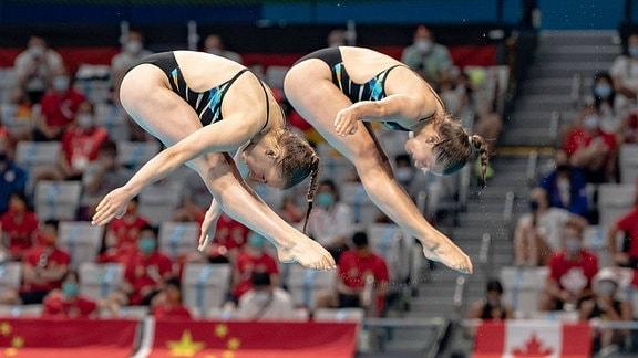 Lena Hentschel und Tina Punzel beim Sprung vom Brett