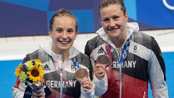 Lena Hentschel und Tina Punzel zeigen ihre Bronzemedaille