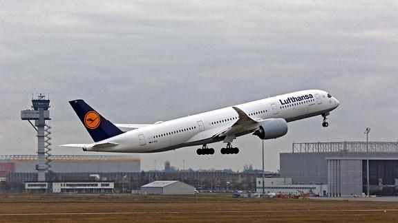 Ein Airbus A 350 der Lufthansa bei einem Trainingsflug auf der Nordbahn am Flughafen Leipzig - Halle.