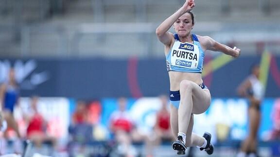 Die Leichtathletin Maria Purtsa mitten im Dreisprung.