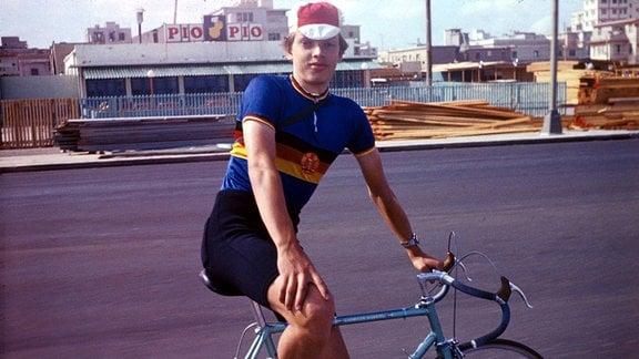 Olaf Ludwig 1977 mit seinem Rennrad auf Kuba