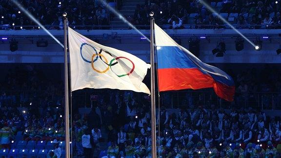 Die Russische und die Olympia Flagge