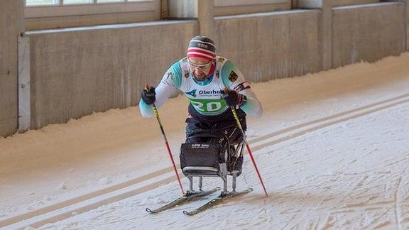 Ein Para-Skifahrer.