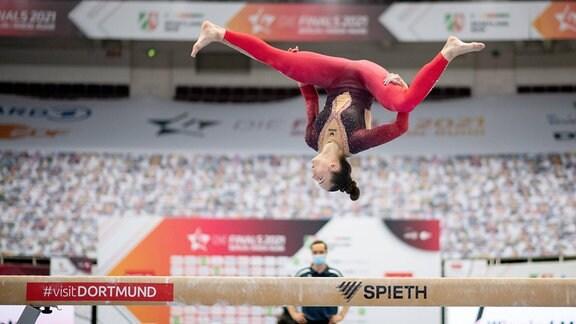 Pauline Schäfer fliegt durch die Luft.
