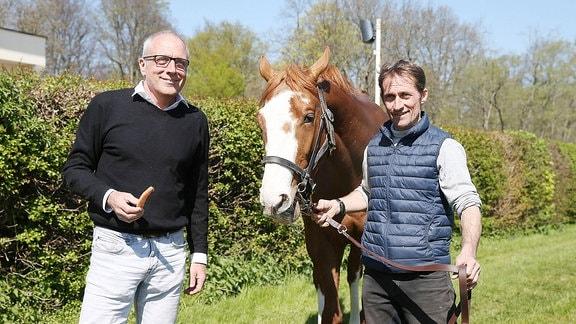Alexander Leip (l., Rennbahn Geschäftsführer) und Galopp-Trainer Marco Angermann mit dem 3-jährigen Hengst Leipzig.