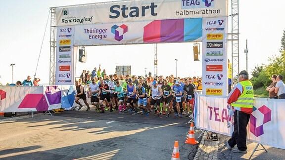 Start zum Halbmarathon in Oberhof beim 46. GutsMuths - Rennsteiglauf.