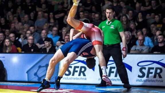 Danijel Janecic in rot (TuS Adelhausen) gegen Matthias Maasch in blau (SV Wacker Burghausen)
