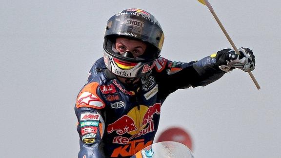Sachsenring 2012, Motogp - Sandro Cortese, Red bull KTM, feiert fahrend mit Deutschlandfahne.