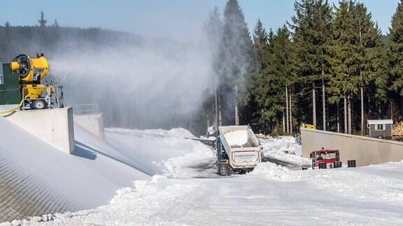 Schneedepot neben der Skihalle