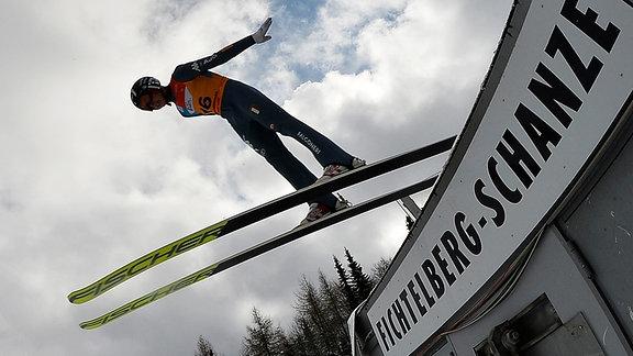 Skispringer in der Luft