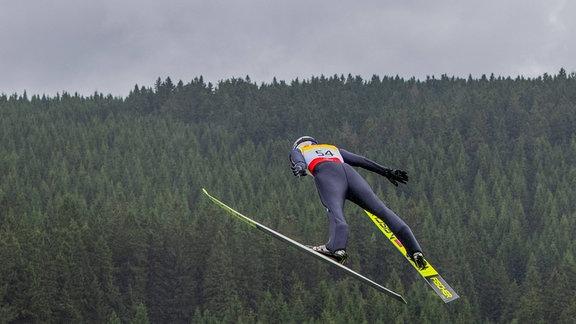 Vinzenz Geiger während eines Sprungs beim FIS Nordic Sommer Grand Prix Schanzen im Kanzlersgrund