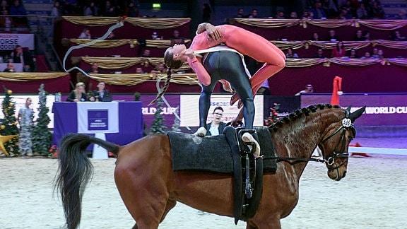 Daniel Janes und Haley Smith mit einer akrobatischen Stellung auf dem Pferd.