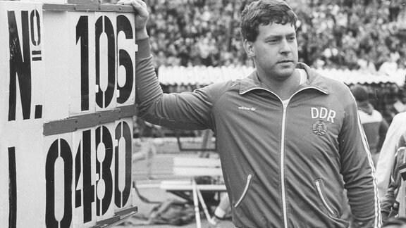 Uwe Hohn vor der Ergebnistafel, 1984
