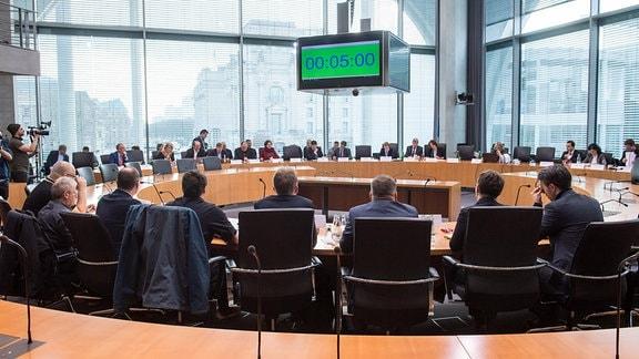 Sportausschuss im Bundestag zum Thema Rechtsextremismus im Fussball
