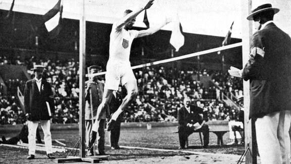 Platt Adams (USA) beim Standhochsprung bei Olympia 1912 in Stockholm