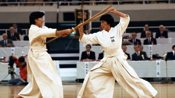 Jodokämpfer demonstrieren die alte japanische Kampfkunst mit dem Jo