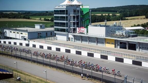 Das Fahrerfeld Peloton während der Deutschen Meisterschaften auf dem Sachsenring 2019.