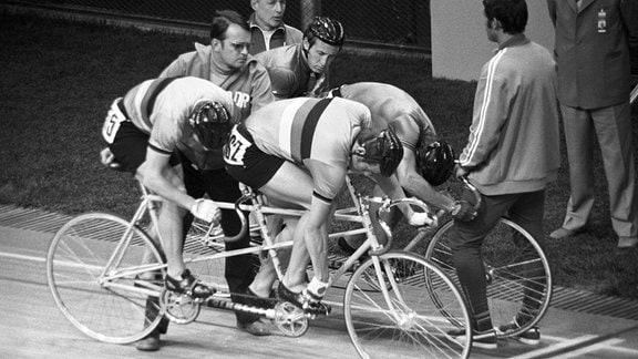 Werner Otto (re.) und Jürgen Geschke (beide DDR) kurz vor dem Start gegen Geoffrey Cooke und David Rowe (beide Großbritannien)