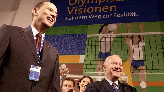 """Wolfgang Tiefensee (li. SPD) und Georg Milbradt (CDU) beim Besuch der Ausstellung """"Olympische Visionen auf dem Weg zur Realität""""."""