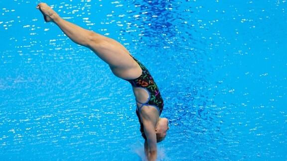 Wasserspringerin Tina Punzel taucht kopfüber ins Wasser ein.