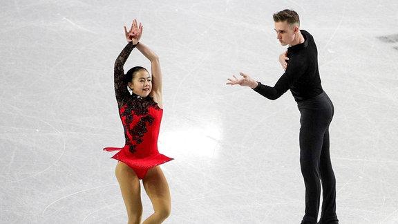 Die Eiskunstläufer Sarah Feng und Tommy-Jo (TJ) Nyman aus den USA treten während des Paar-Kurzprogramms beim Finale des ISU Junior Grand Prix of Figure Skating Eiskunstlauf