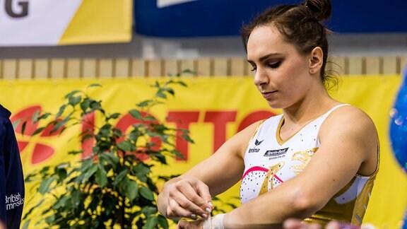 Sophie Scheder GER bereitet sich am Stufenbarren vor.