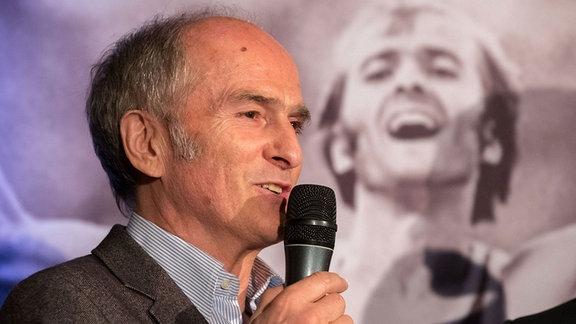 Waldemar Cierpinski berichtet über seinen Zieleinlauf von 1976 bei seinem Empfang anlässlich des 40. Jahrestages seines Marathon-Olympiasieges 1976 in Halle.