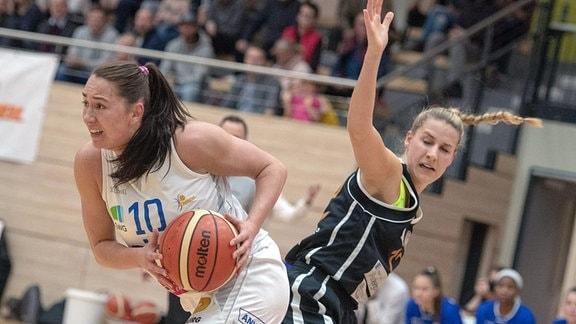 Barbora Kasparkova (10, GISA Lions SV Halle) gegen Viktoria Jäger (Löwen) im Spiel der GISA Lions SV Halle vs. SG Bergische Löwen.