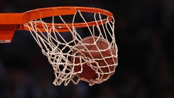 Ball fällt in Basketballkorb