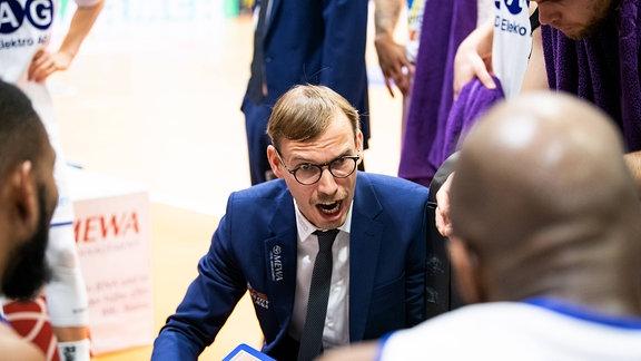 Trainer Björn Harmsen (Jena) energisch bei der Ansprache ans Team