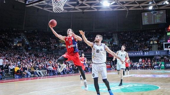 Nihad Djedovic 14 (FC Bayern Basketball) setzt sich unterm Korb gegen Julius Wolf 10 (Science City Jena) durch,