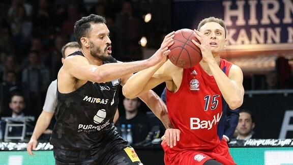 Im Zweikampf: David Brembly 6 (Mitteldeutscher BC) und Robin Amaize 15 (FC Bayern Basketball)