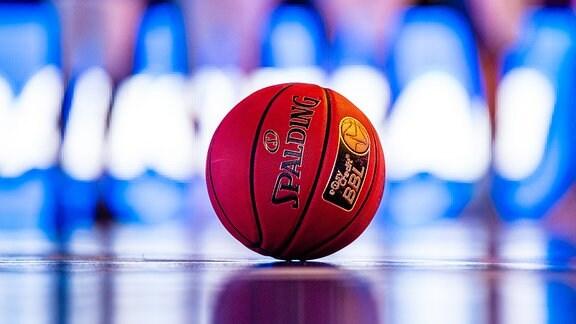Ein Basketball auf dem Spielfeld.