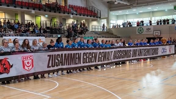Gemeinsam mit Sportler anderer Hallenser Vereine bekunden die Spielerinnen der Halle Lions ihren Standpunkt angesichts des Terroraktes vom 09. Oktober 2019 in Halle