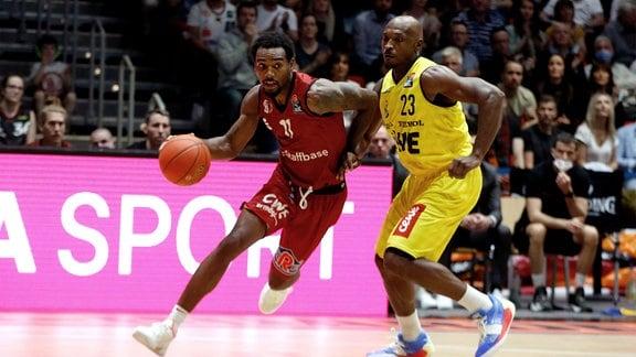 Isiaha Mike, Niners Chemnitz, Rickey Paulding, EWE Baskets Oldenburg.