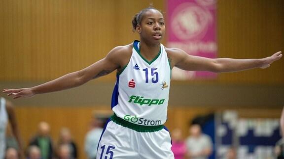 Cori Coleman, Basketballspielerin, breitet die Arme während eines Spiels aus.
